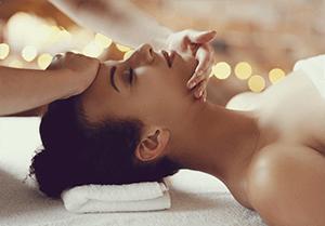 Mulher sendo massageada em um spa com os produtos da Sisley Paris
