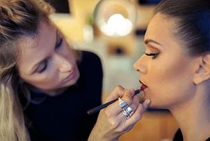 Maquiagem sendo feita dando foco no batom Sisley Paris