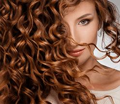 Mulher com cabelo encaracolado ruivo